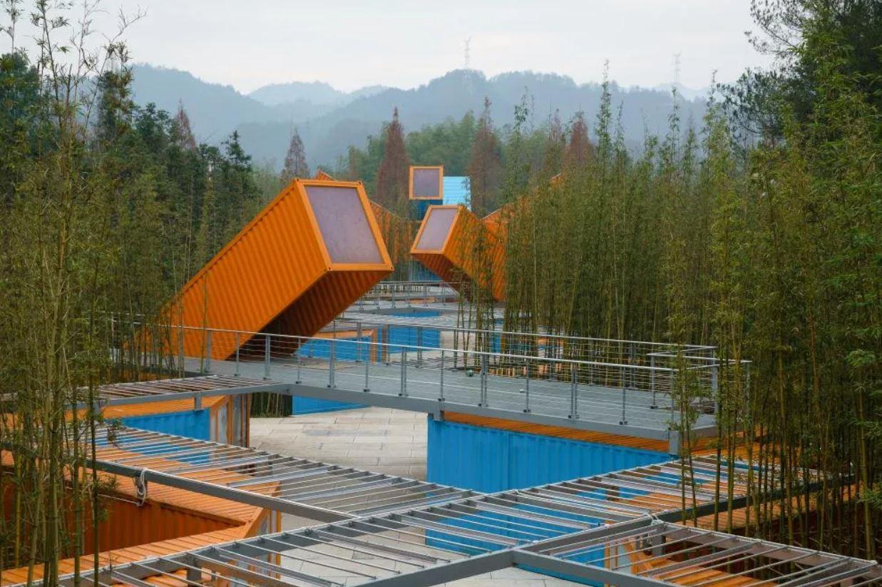 grand parc d'aventures naturelles et de sports extrêmes en containers
